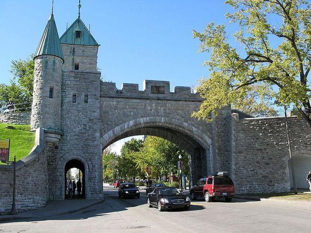 <p>La premi&egrave;re porte Saint-Louis a &eacute;t&eacute; construite en 1694 durant le r&eacute;gime fran&ccedil;ais. Gard&eacute;e par des soldats, la porte &eacute;tait ferm&eacute;e la nuit. Elle a ensuite &eacute;t&eacute; d&eacute;molie, reconstruite et modifi&eacute;e &agrave; de nombreuses reprises au XVIIIe si&egrave;cle.<br /><br />Devenue inutile pour prot&eacute;ger la ville, la porte Saint-Louis a &eacute;t&eacute; &agrave; nouveau d&eacute;molie en 1871. La porte actuelle a &eacute;t&eacute; reconstruite en 1878 &agrave; la demande de Lord Dufferin, le gouverneur g&eacute;n&eacute;ral de l&rsquo;&eacute;poque, qui souhaitait pr&eacute;server le cachet de la ville fortifi&eacute;e.<br /><br />&Agrave; l&#39;&eacute;poque, Lord Dufferin s&#39;attire le respect des r&eacute;sidants de Qu&eacute;bec apr&egrave;s avoir persuad&eacute; les repr&eacute;sentants municipaux de ne pas d&eacute;molir les murs de la vieille cit&eacute; pour s&#39;adapter &agrave; l&#39;expansion de la capitale provinciale.</p>
