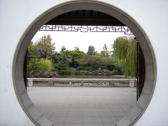 <p>It has its own exterior public park and paid-access garden, linked by an artificial pond.</p>