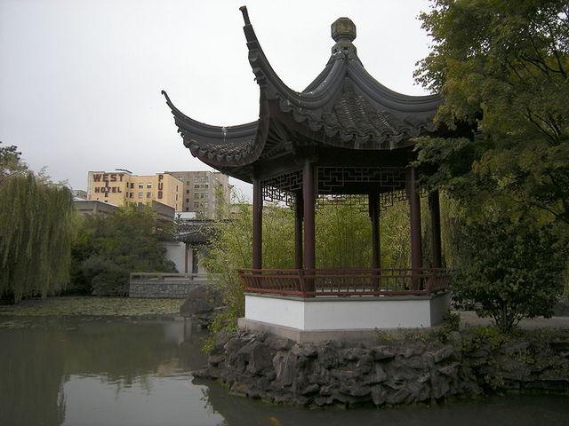 <p>Le jardin emploie des principes de Feng Shui et de tao&iuml;sme pour obtenir une certaine harmonie et un &eacute;quilibre des contraires.</p>