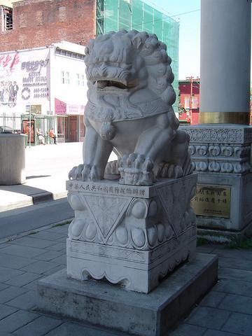 <p>Les deux lions sculpt&eacute;s dans la pierre, un m&acirc;le et une femelle, sont importants sur le plan mythique. Ils sont les gardiens du quartier chinois.&nbsp;</p><br />