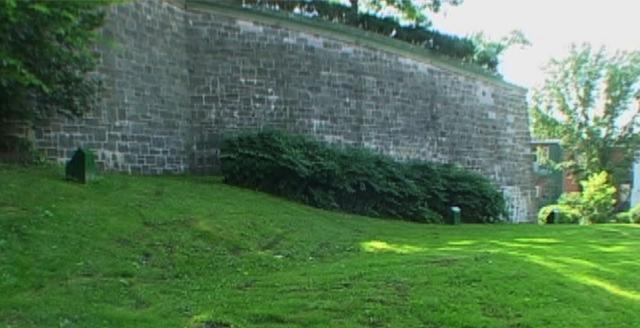 <p>Le rempart du parc Cavalier-du-Moulin est le plus ancien mur des fortifications de Qu&eacute;bec encore existant. Il a perdu sa fonction militaire &agrave; compter du moment o&ugrave; la Citadelle a &eacute;t&eacute; cr&eacute;&eacute;e. Au sommet du rempart se trouve un petit parc qui appartient &agrave; la Commission de la capitale nationale du Qu&eacute;bec. En 1663, on y trouvait un moulin appartenant &agrave; un cavalier tr&egrave;s connu, d&#39;o&ugrave; le nom de Cavalier-du-Moulin.</p>