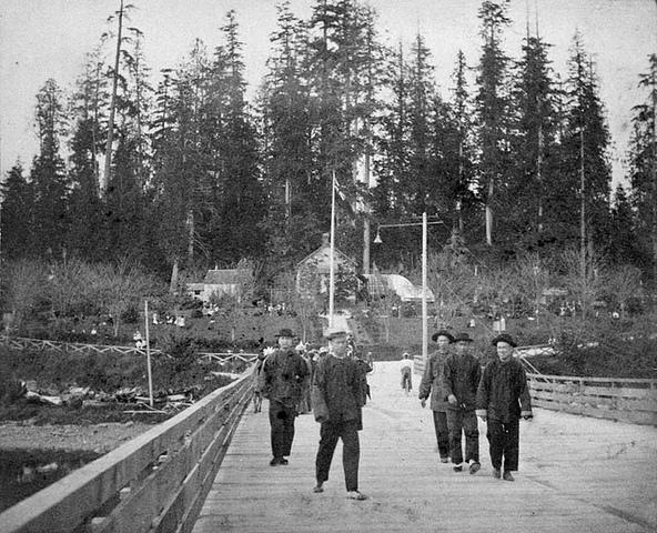 <p>Rappelons que les Chinois canadiens n&#39;ont eu le droit de vote qu&#39;&agrave; partir de 1945, m&ecirc;me s&#39;ils participaient &agrave; la construction du Canada depuis des d&eacute;cennies.</p>