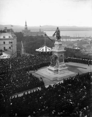<p>L&#39;id&eacute;e d&#39;un monument &agrave; la m&eacute;moire de Champlain remonte &agrave; 1850. Mais c&#39;est en d&eacute;cembre 1890 que le Comit&eacute; du monument Champlain est form&eacute; par la Soci&eacute;t&eacute; Saint-Jean-Baptiste de Qu&eacute;bec.<br /><br />L&#39;inauguration a lieu en septembre 1898 en pr&eacute;sence du gouverneur g&eacute;n&eacute;ral du Canada.</p>