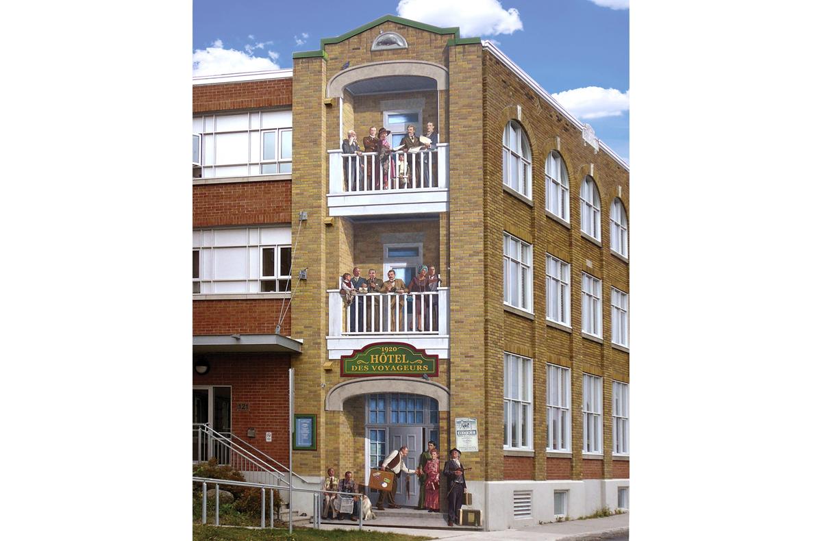 <p>Murale pr&egrave;s du 121, rue D&eacute;p&ocirc;t<br />Largeur : 15 pieds<br />Hauteur : 41 pieds<br />R&eacute;alisation : MURIRS, 2008</p><p>Cette murale fait honneur &agrave; l&#39;ancien quartier h&ocirc;telier en illustrant&nbsp;de fa&ccedil;on symbolique un ancien &eacute;tablissement, l&#39;H&ocirc;tel des voyageurs.<br /><br />C&#39;est en 1852 qu&#39;est &eacute;difi&eacute;e la premi&egrave;re gare de chemin de fer au centre-ville. En face de la gare, soit le site occup&eacute; par l&#39;actuel stationnement municipal, on retrouvait d&eacute;j&agrave; entre autres en 1877 le Railway Hotel.<br /><br />Le vrai H&ocirc;tel des voyageurs fut construit rue du D&eacute;p&ocirc;t vers 1910. Ce petit h&ocirc;tel modeste &eacute;tait fr&eacute;quent&eacute; par les voyageurs en attente d&#39;une correspondance de train.<br /><br />Vous pouvez apercevoir sur cette fresque des commer&ccedil;ants du centre-ville de l&#39;&eacute;poque, rassembl&eacute;s sur quelques d&eacute;cennies,&nbsp;attendant l&#39;arriv&eacute;e par train de leur champion boxeur local, L&eacute;onard Dumoulin, alias Jack Renault.</p><p>&nbsp;</p>