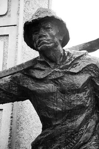 <p>On peut y voir deux statues de bronze. Celle-ci repr&eacute;sente un travailleur de chemin de fer. Elle rappelle que les Chinois ont jou&eacute; un r&ocirc;le important dans la construction du chemin de fer transcontinental.</p>