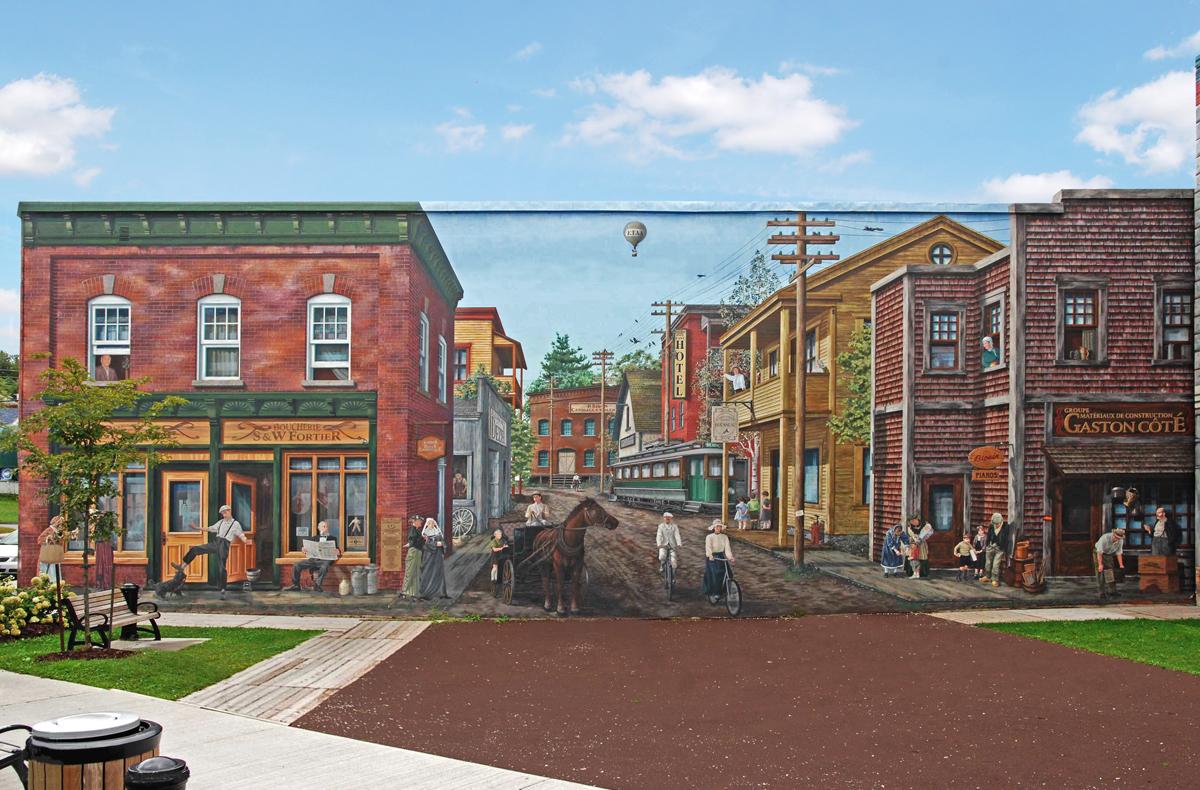 <p>Murale pr&egrave;s du 13, rue Bowen Sud<br />Largeur :&nbsp;76 pieds<br />Hauteur : 28 pieds<br />R&eacute;alisation : MURIRS, 2004<br /><br />Cette murale, la&nbsp;deuxi&egrave;me construite &agrave; l&rsquo;angle des rues King Est et Bowen Sud, couvre un total de 4 644 pieds carr&eacute;s. Dans le m&ecirc;me esprit que sa voisine, elle se veut repr&eacute;sentative de la vie qui animait le quartier Est, mais cette fois &agrave; la fin du 19e si&egrave;cle.<br /><br />MURIRS y illustre Sherbrooke, ville manufacturi&egrave;re, qui s&rsquo;ouvre aux nouvelles technologies : l&rsquo;&eacute;lectricit&eacute;, le t&eacute;l&eacute;phone r&eacute;sidentiel, le tramway, l&rsquo;automobile, l&rsquo;aviation et la presse quotidienne.<br /><br />Plusieurs&nbsp;personnages connus ou anonymes du quartier est de Sherbrooke y sont &eacute;galement d&eacute;peints.</p>