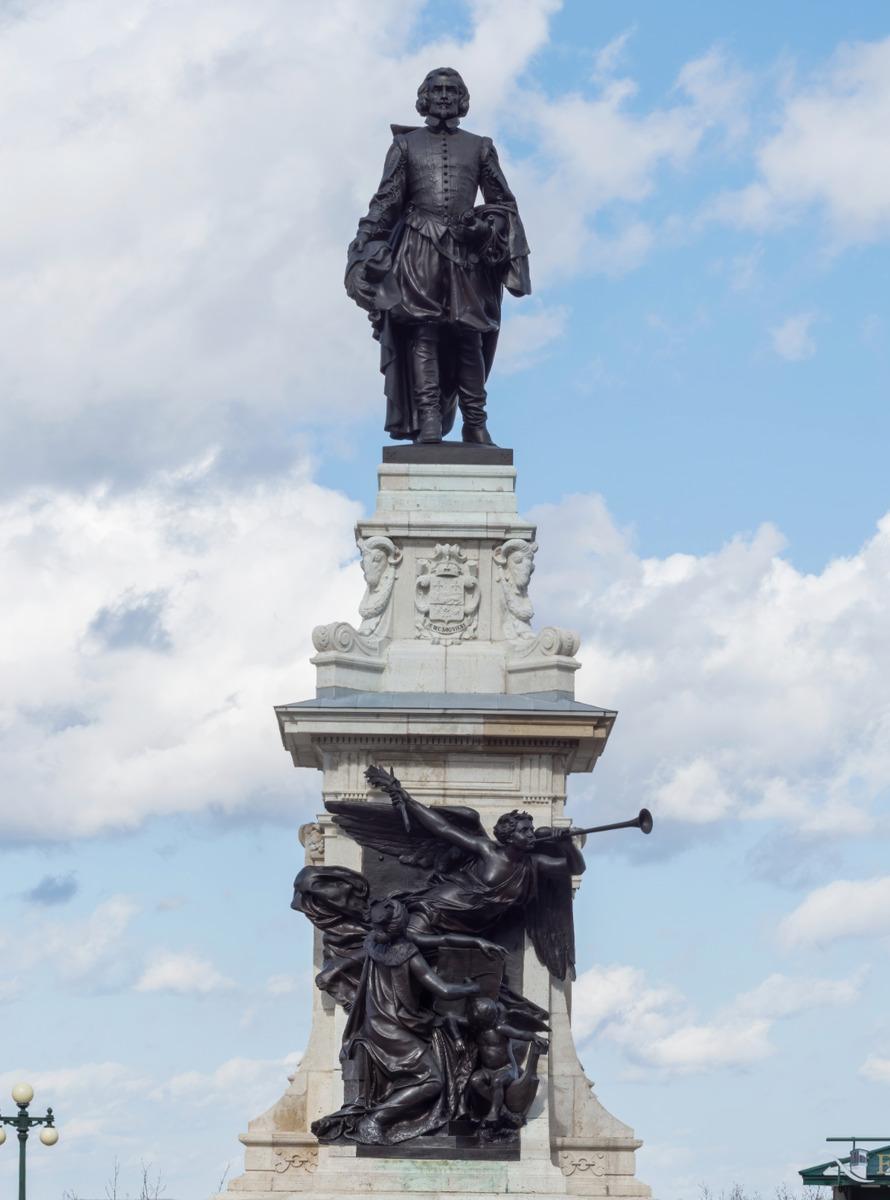 <p>La base du monument en hommage &agrave; Samuel de Champlain est compos&eacute;e de calcaire provenant de la m&ecirc;me carri&egrave;re qui a servi &agrave; la construction de l&rsquo;Arc de Triomphe de Paris. Contrairement &agrave; la majorit&eacute; des sculptures de ce genre, on y voit Champlain face &agrave; son &oelig;uvre, regardant la ville de Qu&eacute;bec.</p>