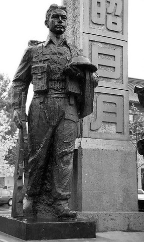 <p>The other statue represents a soldier from World War II, in memory of all the Chinese who helped or served in the Canadian Army at that time.</p>