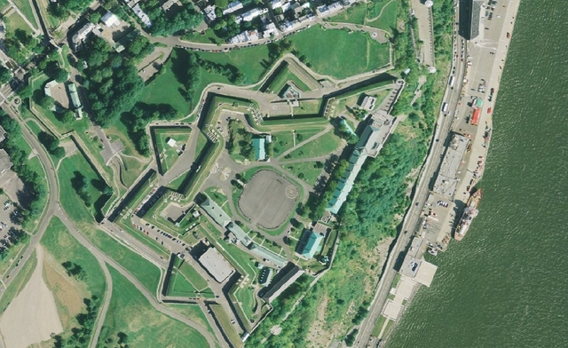 <p>La construction de la Citadelle a dur&eacute; onze ans et s&#39;est termin&eacute;e en 1831.<br /><br />Chaussegros de L&eacute;ry, qui en a fait les plans, s&rsquo;est inspir&eacute; des fortifications en forme d&rsquo;&eacute;toile de la citadelle de Saint-Martin-de-R&eacute;, en France.</p>