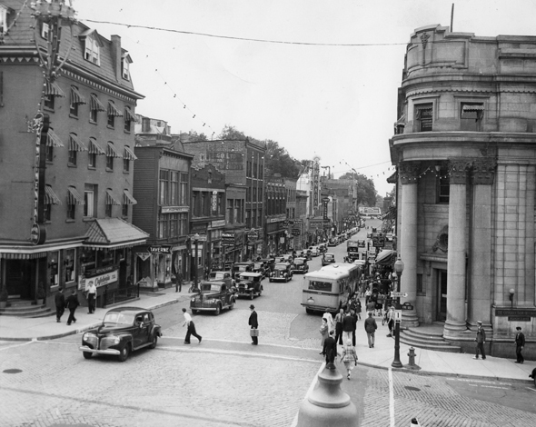 <p>Photo prise &agrave; l&#39;intersection King et Wellington vers 1940.</p>