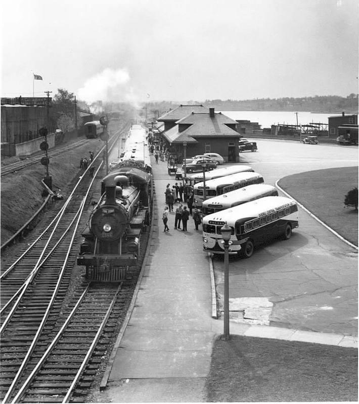 <p>La Gare du Canadien Pacifique en 1940.&nbsp;<br /><br />L&rsquo;arriv&eacute;e du train en 1852 a &eacute;t&eacute; un &eacute;l&eacute;ment d&eacute;terminant dans l&rsquo;expansion de la ville. Cet &eacute;v&eacute;nement a permis &agrave; la petite municipalit&eacute; des Cantons-de-l&rsquo;Est d&#39;entrer dans l&rsquo;&egrave;re industrielle.<br /><br />Source: Lyne Raiche</p>