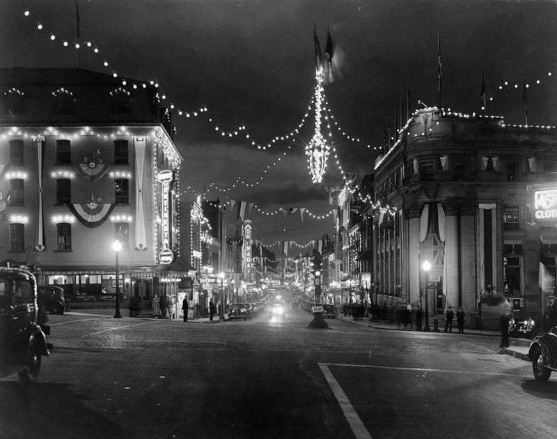 <p>Vue sur l&#39;intersection King et Wellington en 1937, durant le temps des f&ecirc;tes du faux centenaire de Sherbrooke.<br /><br />Source: Souvenirs de Sherbrooke et environs (Lyne Raiche)</p>