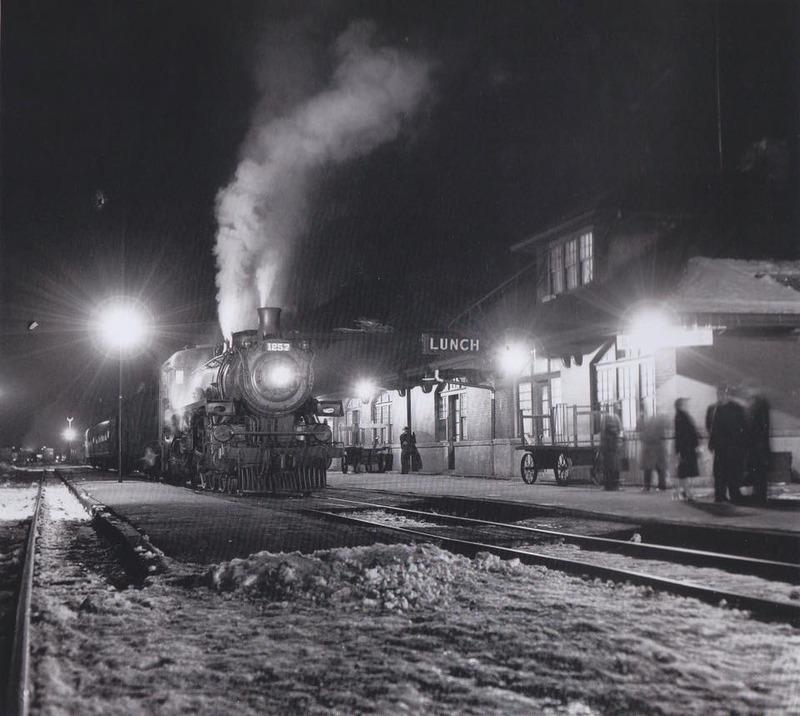 <p>Le 22 f&eacute;vrier 1957, le train de passagers num&eacute;ro 40 en provenance de Montr&eacute;al pour M&eacute;gantic arr&ecirc;te &agrave; la gare du Canadien Pacifique, &agrave; Sherbrooke.<br /><br />Source : Souvenirs de Sherbrooke et environs&nbsp;</p>
