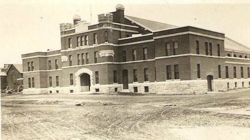 <p>Le man&egrave;ge militaire, fraichement construit. Tout au haut, au centre, on y voit l&#39;ann&eacute;e de sa construction, soit 1908.&nbsp;<br /><br />Source photo: Souvenirs de Sherbrooke et environs (Lyne Raiche)</p>