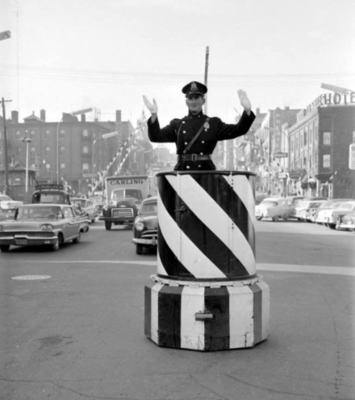 <p>Le policier Lacasse en 1959, au coin King et Grandes-Fourches.&nbsp;<br /><br />Source photo: Souvenirs de Sherbrooke et environs (Lyne Raiche)</p>