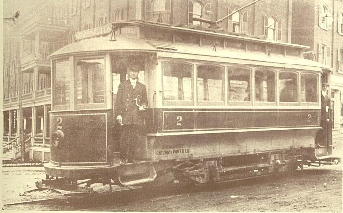 <p>Tramway au coin King Ouest et d&eacute;p&ocirc;t, pr&egrave;s de l&#39;ancien h&ocirc;tel New Sherbrooke. Ces tramways &eacute;lectriques ont commenc&eacute; &agrave; circuler en 1897 dans les rues de Sherbrooke.<br /><br />Source photo: Souvenirs de Sherbrooke et environs (Lyne Raiche)</p>