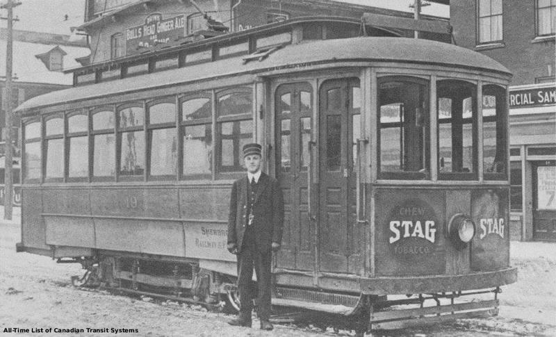 <p>En pivotant plus &agrave; droite par rapport &agrave; la photo pr&eacute;c&eacute;dente: vue sur le tramway le long de la rue d&eacute;p&ocirc;t, voisin du New Sherbrooke Hotel de l&#39;&eacute;poque.<br /><br />Source photo: Souvenirs de Sherbrooke et environs (Lyne Raiche)</p>
