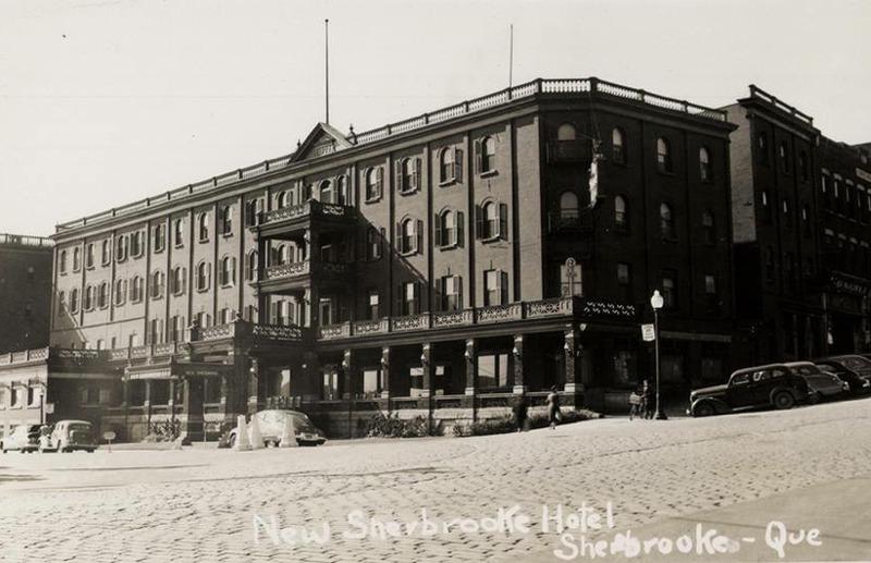 <p>Ancien h&ocirc;tel New Sherbrooke, coin King et D&eacute;p&ocirc;t (adjacent au terminus d&#39;autobus de nos jours).<br /><br />Source photo: Souvenirs de Sherbrooke et environs (Lyne Raiche)</p>
