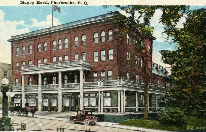 <p>L&#39;&eacute;difice abrite toujours des bars de nos jours. La photo date de 1926.<br /><br />Carte postale</p>