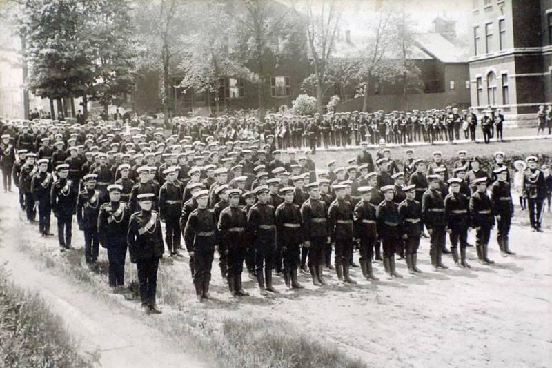 <p>Parade des Fusiliers de Sherbrooke pr&egrave;s du s&eacute;minaire de la rue Marquette, le 2 mai 1911.&nbsp;<br /><br />Source photo: Les Fusiliers de Sherbrooke</p>