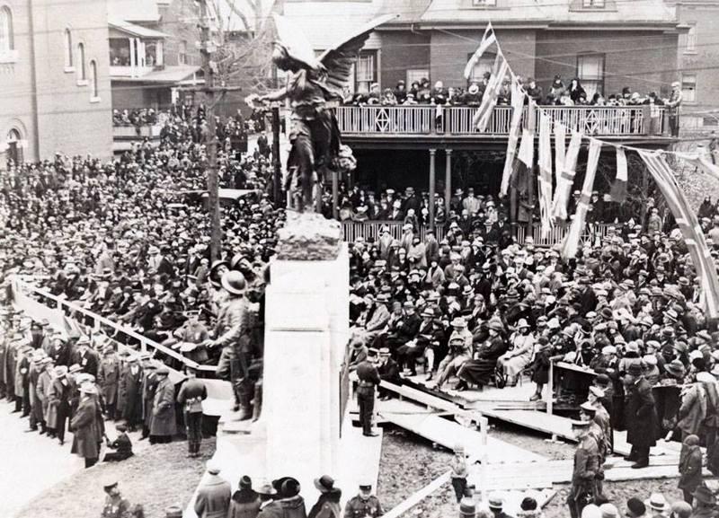 <p>Inauguration officielle du Monument situ&eacute; au milieu de la rue King, en 1926.<br /><br />Source: Denis Gagnon</p>