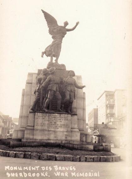 <p>Le Monument aux braves, commun&eacute;ment appel&eacute; l&#39;ange &agrave; trois pattes, est un c&eacute;notaphe &eacute;rig&eacute; en 1926 dans la c&ocirc;te de la rue King Ouest. Il honore les survivants de la Premi&egrave;re Guerre mondiale et les soldats sherbrookois tomb&eacute;s au combat. Cette &oelig;uvre patrimoniale est devenue embl&eacute;matique pour la ville de Sherbrooke.</p>