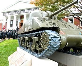 <p>Ce char d&#39;assaut a servi lors du jour du d&eacute;barquement en Normandie jusqu&rsquo;au 8 mai 1945, jour de la victoire en Europe. Il s&rsquo;agit du seul char Sherman canadien &agrave; avoir particip&eacute; au c&eacute;l&egrave;bre d&eacute;barquement et &agrave; avoir surv&eacute;cu jusqu&rsquo;&agrave; la fin de la guerre, ce qui en fait un monument de haute valeur pour le Sherbrooke Hussar.</p>