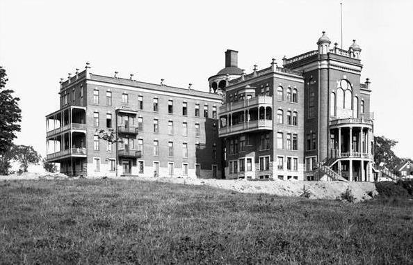 <p>L&#39;h&ocirc;pital g&eacute;n&eacute;ral Saint-Vincent-de-Paul date de 1909, alors que cette photo date de 1912. L&#39;h&ocirc;pital a &eacute;t&eacute; fond&eacute; par les Soeurs de la Charit&eacute;. Entre 1913 et 1917, on y traite environ 45 &agrave; 75 patients par jour. En 1927, alors que la population de la ville augmente rapidement, on agrandie l&#39;&eacute;difice, lequel compte d&egrave;s lors 300 lits.<br /><br />Source photo: Guillaume-Marc Caza</p>