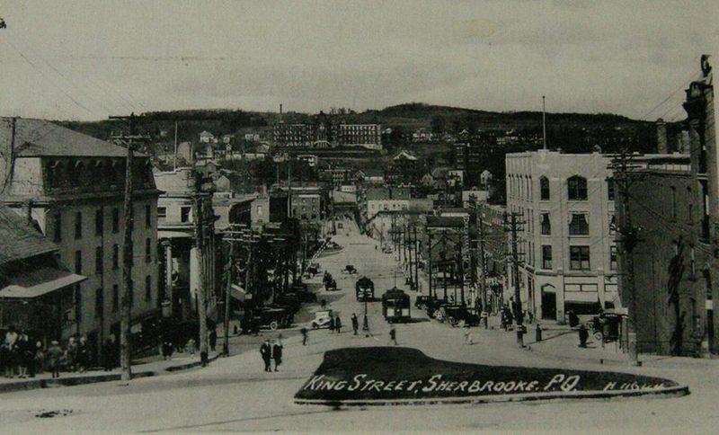 <p>La rue King, vers les ann&eacute;es 1920-1925.<br /><br />Carte postale</p>