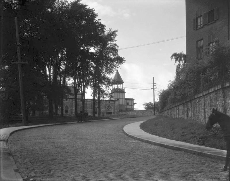 <p>La rue Market Street a &eacute;t&eacute; ouverte en 1835 par la British American Land Company (BALCO). En 1904, la rue est rebaptis&eacute;e Marquette, conservant une prononciation proche de l&#39;anglais original et c&eacute;l&eacute;brant le p&egrave;re Jacques Marquette, d&eacute;couvreur du Haut-Mississippi et h&eacute;ros national des Canadiens fran&ccedil;ais.</p>