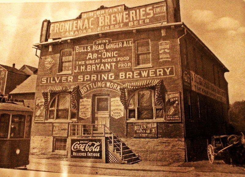 <p>La brasserie J.H. Bryant, sur la rue D&eacute;p&ocirc;t, l&agrave; o&ugrave; est le stationnement &agrave; &eacute;tages de nos jours, presqu&#39;en face de l&#39;ancienne gare... devenue le terminus d&#39;autobus.</p>