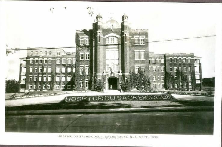 <p>En d&eacute;cembre 1887, cet hospice est inaugur&eacute; par 15 religieuses, sur la rue Belv&eacute;d&egrave;re Sud. Il peut accueillir 152 patients.&nbsp;&Agrave; l&#39;&eacute;poque, les Sherbrookois trouvent que l&rsquo;&eacute;tablissement est trop retir&eacute; de la ville de Sherbrooke, le secteur &eacute;tant isol&eacute; et peu habit&eacute;.&nbsp;<br /><br />L&#39;ancien hospice du Sacr&eacute;-Coeur est devenu le CHSLD D&#39;Youville de nos jours.</p>