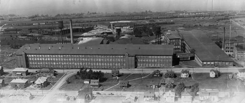 <p>La Dominion Textile est une industrie sp&eacute;cialis&eacute;e dans l&#39;impression et la filature du textile dont les activ&eacute;s ont d&eacute;but&eacute; en 1884.&nbsp;L&#39;imposant complexe comprend pr&egrave;s d&#39;une vingtaine de b&acirc;timents industriels &agrave; l&#39;&eacute;poque.</p>