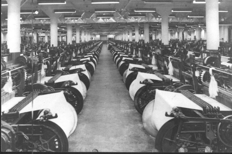 <p>Int&eacute;rieur d&#39;une de ces usines de textile &agrave; l&#39;&eacute;poque.<br /><br />Source photo: Souvenirs de Sherbrooke et environs</p>