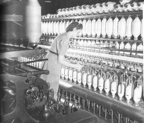 <p>Le 3 novembre 1947, les 6 000 travailleurs de la Dominion Textile entrent en gr&egrave;ve. Le conflit se termine le 13 novembre. Les salaires sont port&eacute;s &agrave; 80 cents l&#39;heure pour les ouvriers et &agrave; 60 cents de l&#39;heure pour les ouvri&egrave;res.</p>