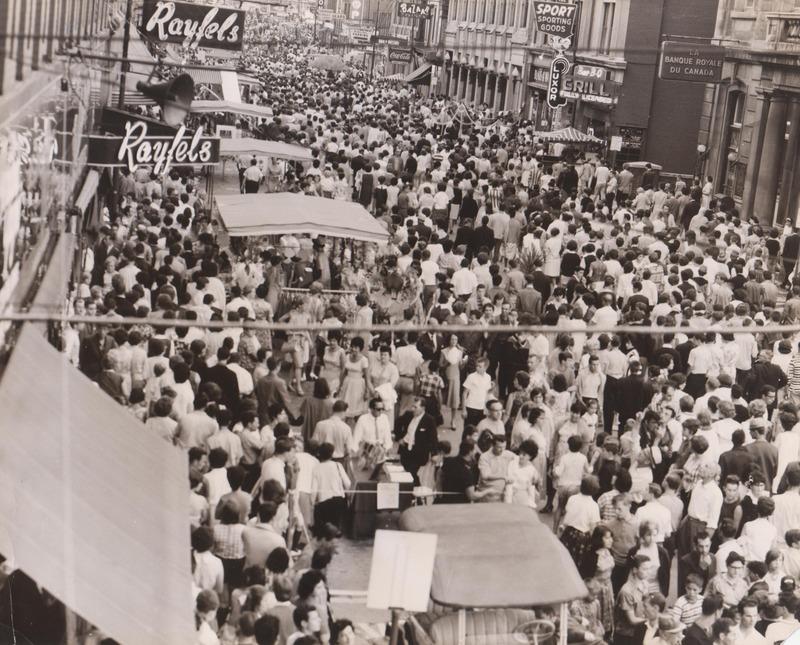 <p>Foule sur la rue Wellington dans les ann&eacute;es 1960 -1970.<br /><br />Source photo: Fernand Bissonnette (T&eacute;l&eacute; 7)</p>