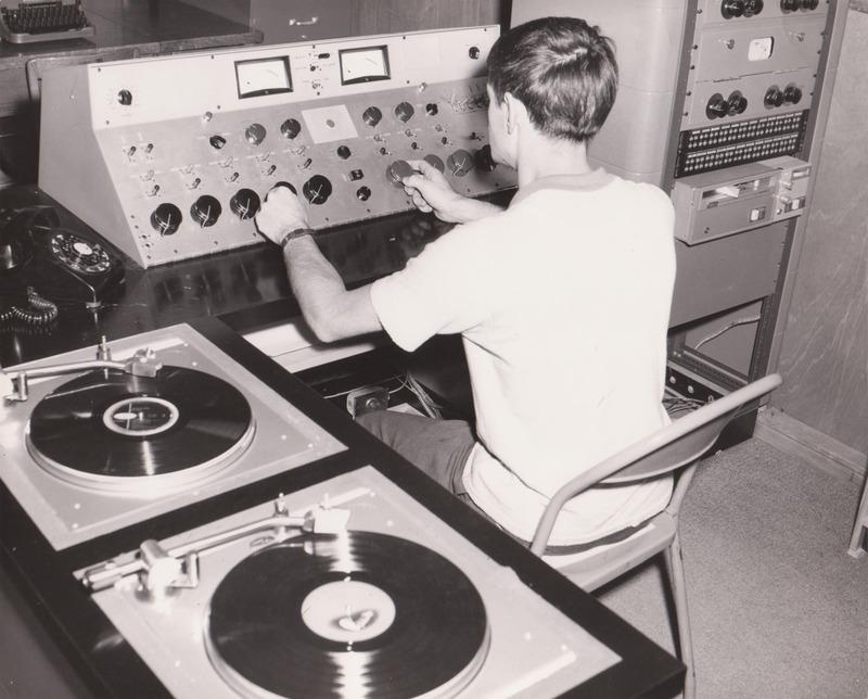 <p>CHLT-Radio a aussi &eacute;t&eacute; fond&eacute; par La Tribune, incluant des locaux dans le m&ecirc;me &eacute;difice.<br /><br />Source photo: Fernand Bissonnette (T&eacute;l&eacute; 7)</p>