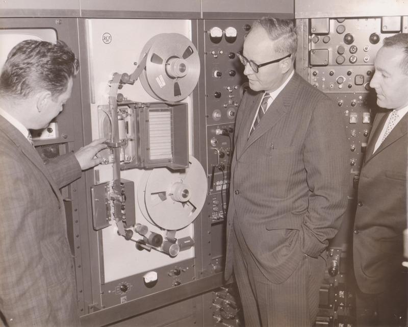 <p>&Eacute;quipements utilis&eacute;s par les m&eacute;dias radiophoniques (CKTS et CHLT-Radio) &agrave; l&#39;&eacute;poque.<br /><br />Source photo: Fernand Bissonnette (T&eacute;l&eacute; 7)</p>