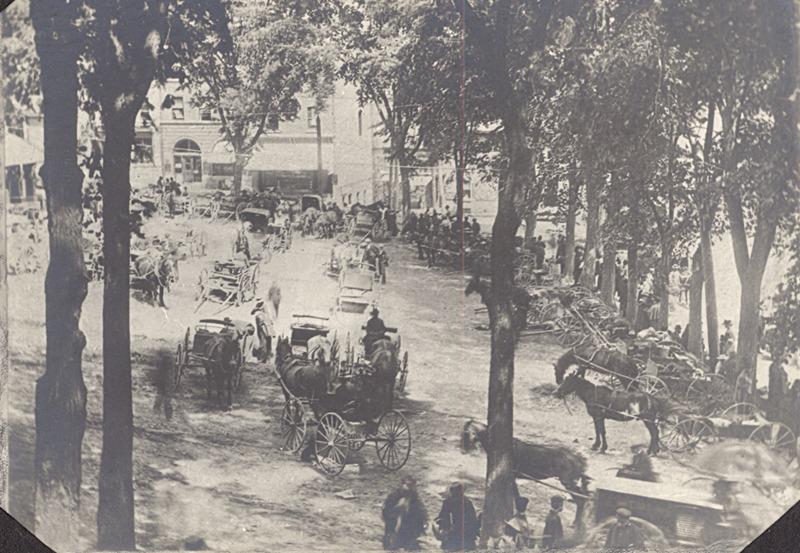 <p>Ancien march&eacute; en plein-air du Strathcona Square, &agrave; Sherbrooke, en 1895 (sur le terrain devant l&#39;actuel H&ocirc;tel de ville).<br /><br />Source photo: ETRC&nbsp;</p>