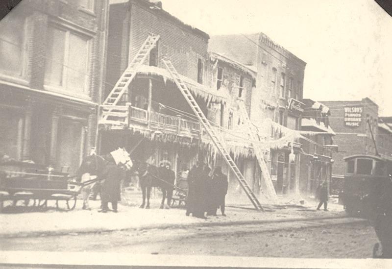<p>Lendemain d&#39;incendie en hiver sur la rue Wellington, dans les ann&eacute;es 1920 &agrave; 1927.<br /><br />Source photo: ETRC</p>