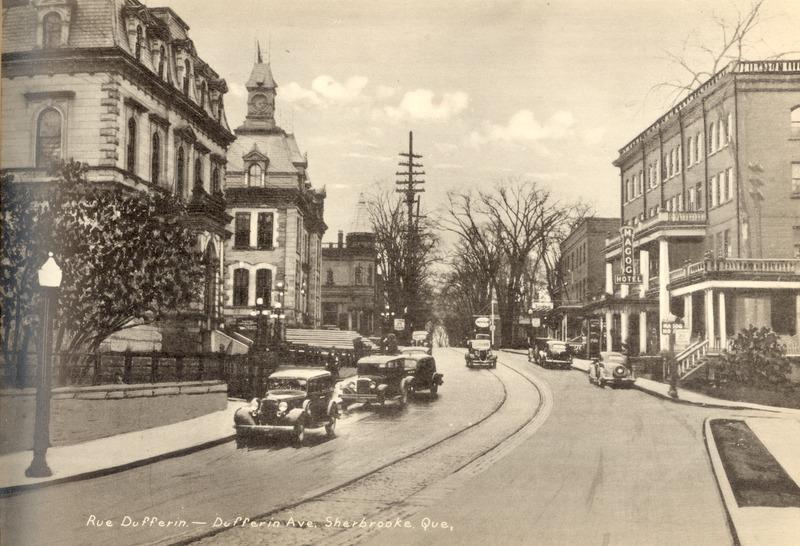 <p>Une carte postale de la rue Dufferin dans les ann&eacute;es 40.&nbsp;&Agrave; gauche, on voit la banque. Un peu plus loin: le bureau de poste. &Agrave; droite: l&#39;&eacute;difice de l&#39;ancien h&ocirc;tel Magog (Magog House).<br /><br />Source photo: ETRC</p>