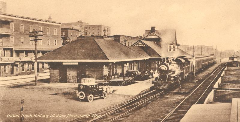 <p>La Gare du CN et la taverne, tout juste en face, dans les ann&eacute;es 40.<br /><br />Source photo: ETRC</p>