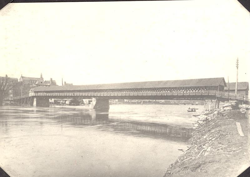 <p>Ce magnifique pont couvert se trouvait autrefois &agrave; l&#39;emplacement de l&#39;actuel pont Aylmer.<br /><br />Source photo: ETRC</p>