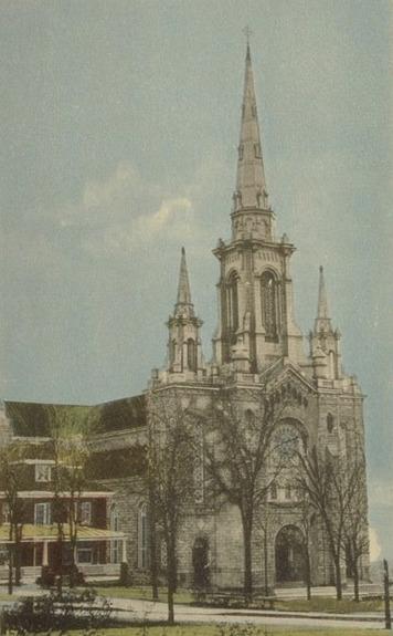 <p>C&#39;est en 1884 que la construction de l&#39;&eacute;glise Saint-Jean-Baptiste est compl&eacute;t&eacute;e sur la rue Conseil.<br /><br />Carte postale</p>