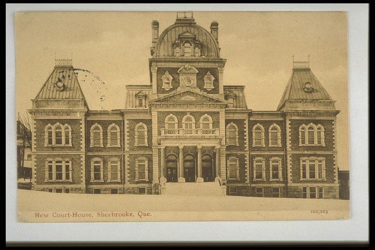 <p>&Eacute;difice de l&#39;ancien Palais de justice de Sherbrooke, devenu l&#39;h&ocirc;tel de ville de nos jours.<br /><br />Carte postale</p>