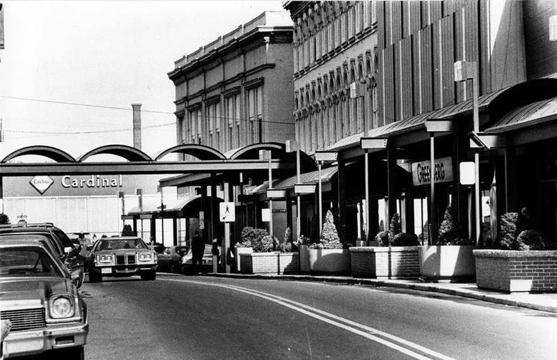 <p>La rue Wellington dans les ann&eacute;es 70 et le magasin Cardinal, tout au bout.</p>