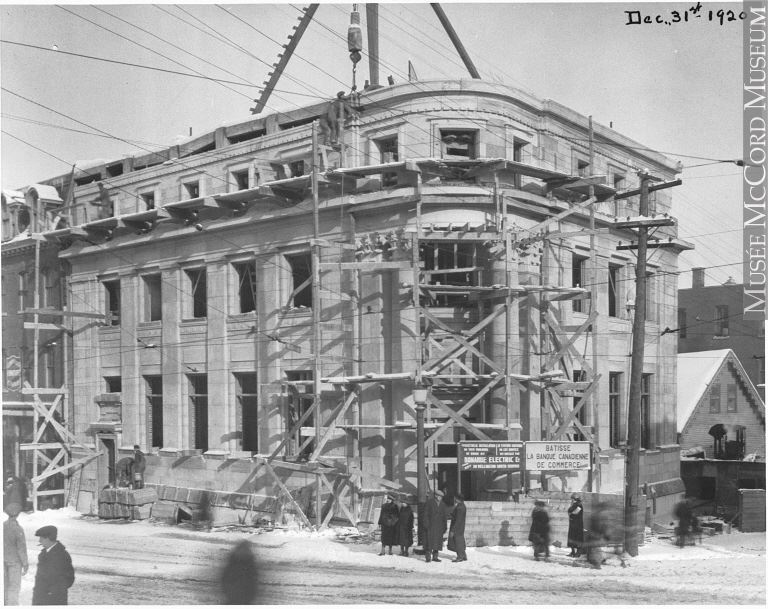 <p>La construction de la Banque canadienne de commerce &agrave; l&#39;angle King et Wellington en 1920.<br /><br />Source: Mus&eacute;e McCord.</p>