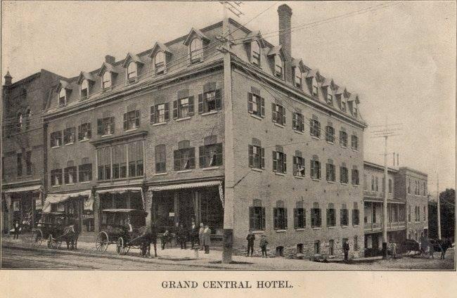 <p>L&#39;ancien h&ocirc;tel Grand Central construit en 1880, &agrave; l&#39;angle Wellington et Meadow, un &eacute;tablissement alors reconnu pour sa cave de boissons alcoolis&eacute;es et pour sa cuisine de qualit&eacute;. &nbsp;</p>