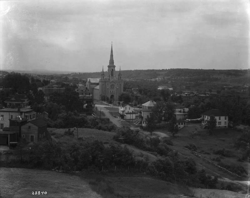 <p>&Eacute;glise Saint-Jean-Baptiste et les environs autour de 1910.</p>
