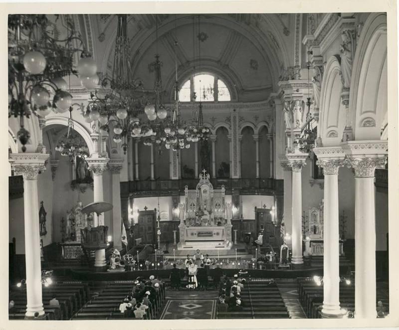<p>Int&eacute;rieur de l&#39;&Eacute;glise St-Jean-Baptiste, en 1950. Les lieux sont rest&eacute;s bien conserv&eacute;s, m&ecirc;me de nos jours, heureusement. &Agrave; voir...<br /><br />Source photo: Denis Gagnon</p>